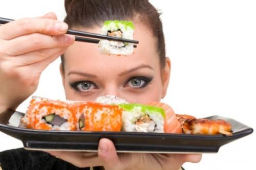 embarazada comiendo sushi