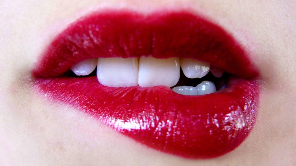 Morderse los labios