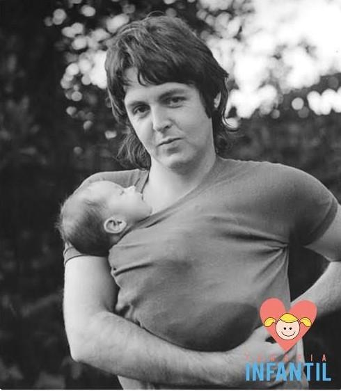 Paul McCartney porteando bebe