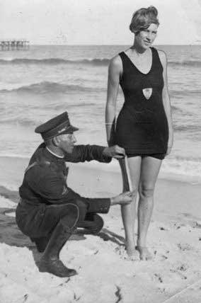 policia-midiendo-el-largo-del-vestido