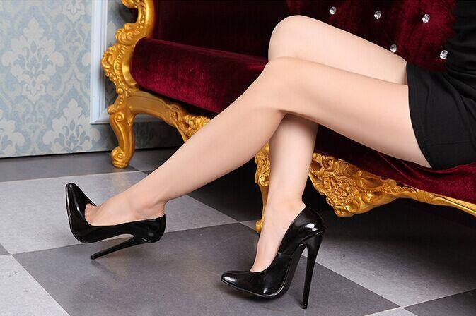 mujer con piernas delgadas y tacones
