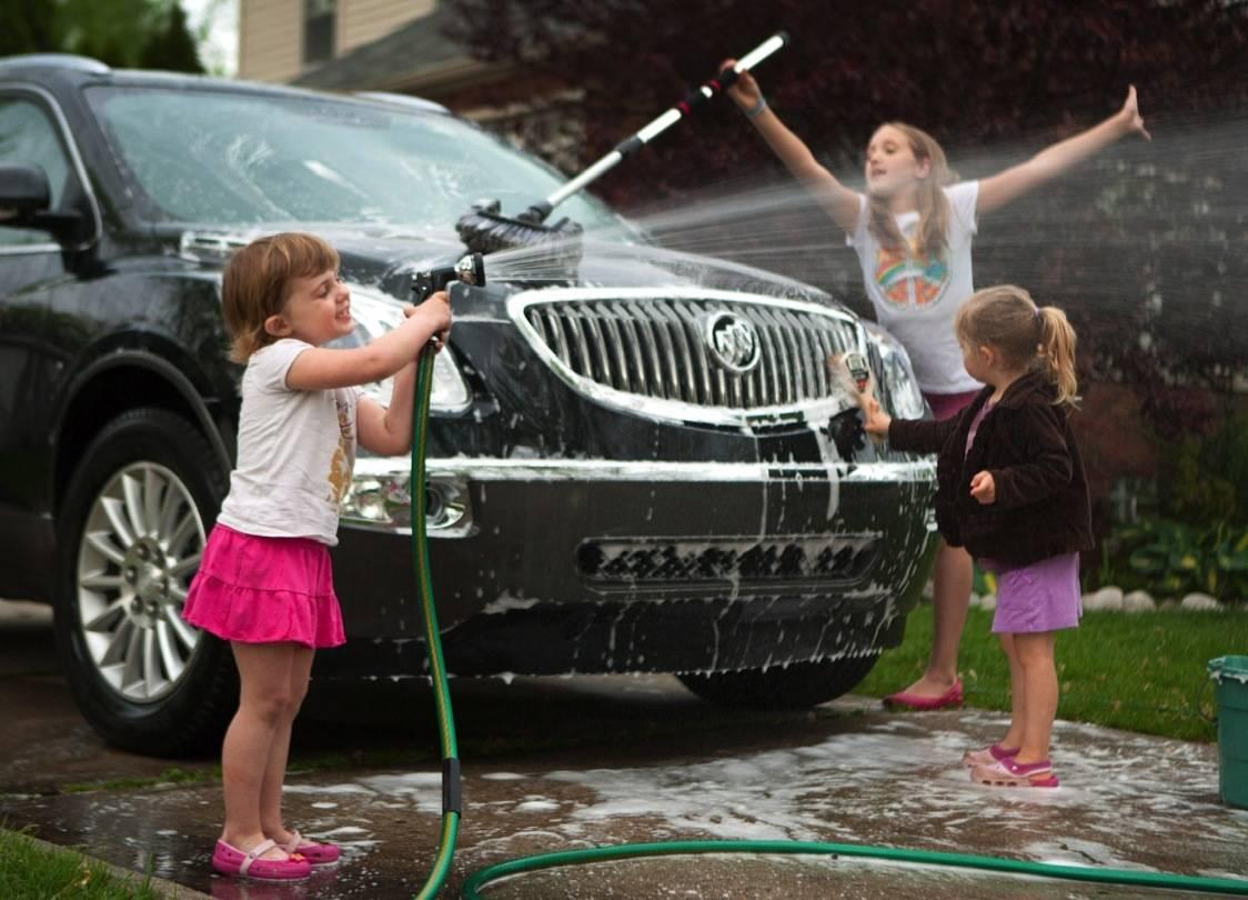 niños lavando autos