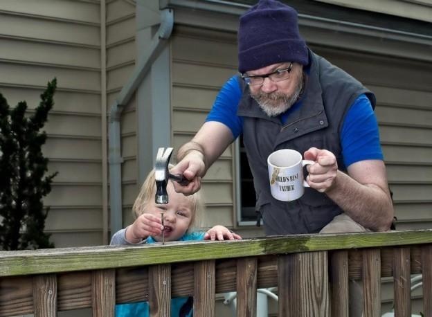 niña trabajando con papá