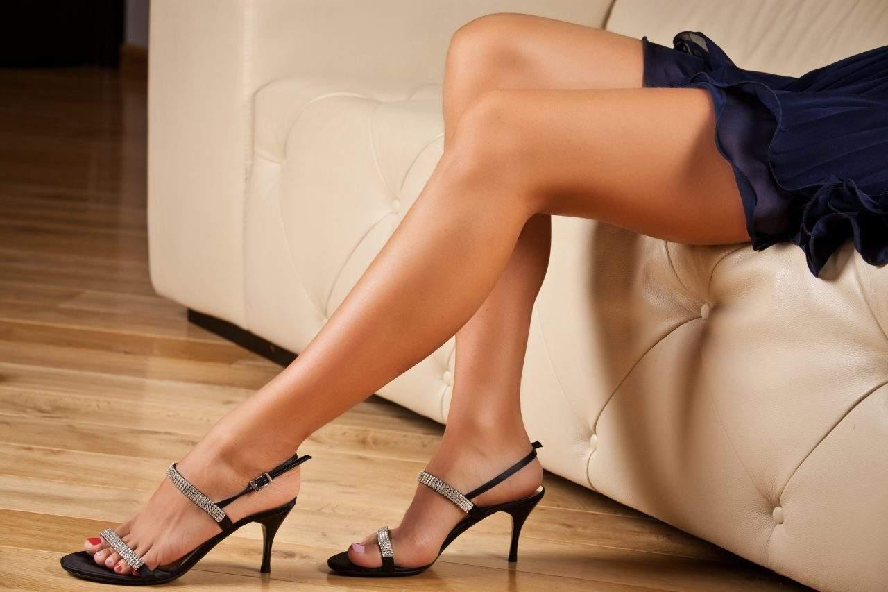 Mujer con minifalda tacones y piernas bronceadas