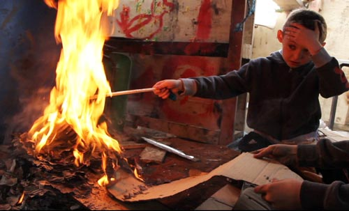 niño jugando con fuego