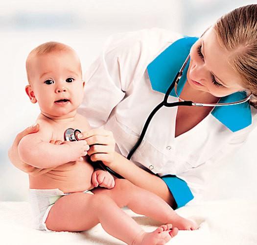 pediatra atendiendo a una niña