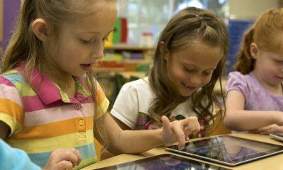 niños usando un ipad